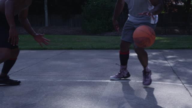 en på en streetbasket - basketboll boll bildbanksvideor och videomaterial från bakom kulisserna