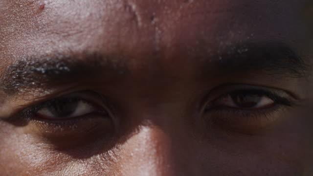 en på en streetbasket - male eyes bildbanksvideor och videomaterial från bakom kulisserna