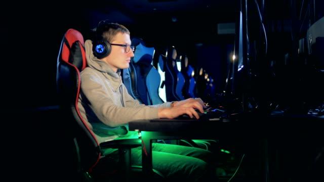 一人演劇ゲーム、クラブ、esport サイバー ゲーム概念のコンピューターで座っています。 - ゲーム ヘッドフォン点の映像素材/bロール