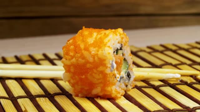 one sushi on a bamboo mat rotates - молодой картофель стоковые видео и кадры b-roll