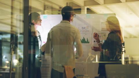 vidéos et rushes de une chose qu'ils ont en commun est l'ambition - brainstorming