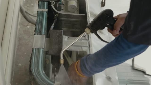 en arbetare reparera luftkonditioneringen - ventilation bildbanksvideor och videomaterial från bakom kulisserna
