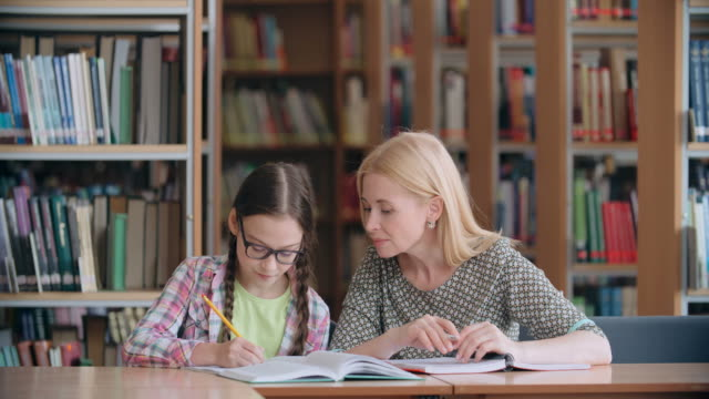 eins-zu-eins-unterricht - nachhilfelehrer stock-videos und b-roll-filmmaterial