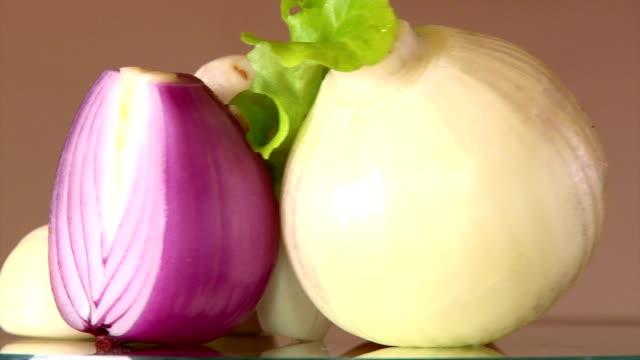 cipolla, verdura, primo piano - aglio cipolla isolated video stock e b–roll