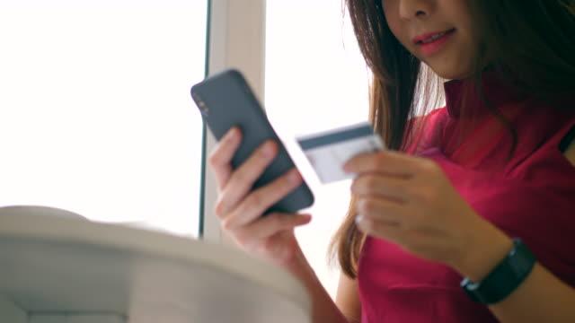 kredi kartı ile online bankacılık - sipariş vermek stok videoları ve detay görüntü çekimi
