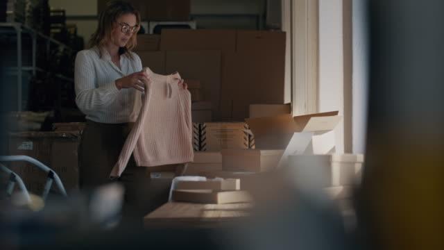 właściciel firmy online pracujący w biurze - mały filmów i materiałów b-roll