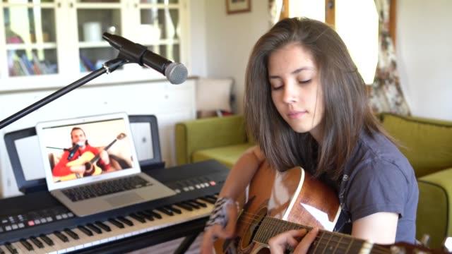 vídeos de stock, filmes e b-roll de aulas online de violão em casa - 16 17 anos