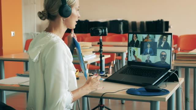 vidéos et rushes de apprentissage en ligne, éducation en ligne, enseignement à distance, concept d'enseignement à distance. un enseignant a une leçon en ligne multiuser - enseigner