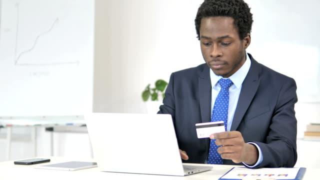 online payment failure for african businessman - credit card filmów i materiałów b-roll