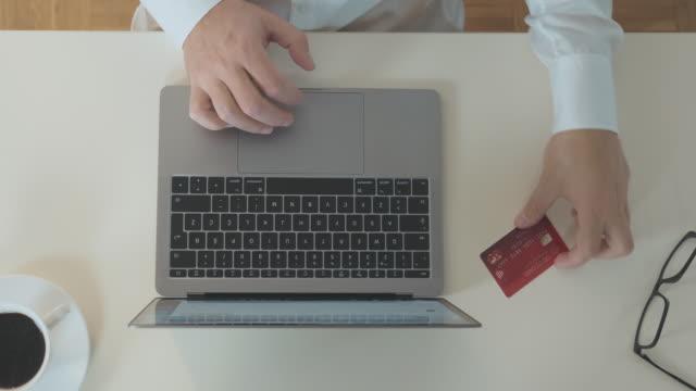 vídeos de stock, filmes e b-roll de pagamento online com computador e cartão de crédito - costumer
