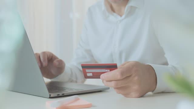 vídeos de stock, filmes e b-roll de pagamento online com cartão de crédito - costumer