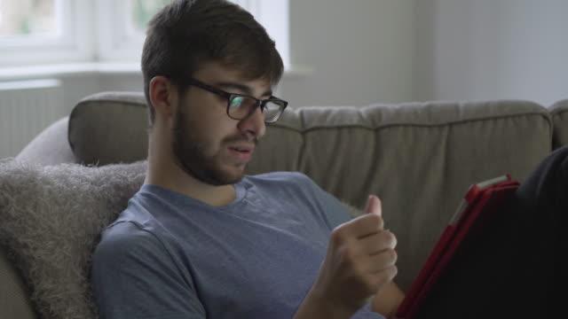 pagamento online, giovane uomo anni'20. ds - facilità video stock e b–roll