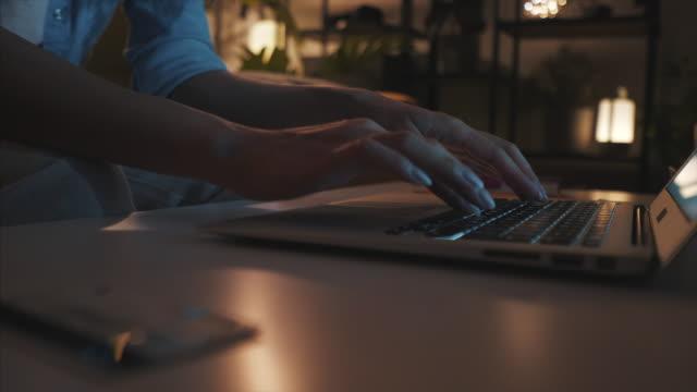 płatności online późno w nocy. - długi filmów i materiałów b-roll