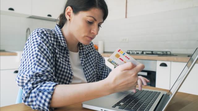 vídeos de stock, filmes e b-roll de problemas de pagamentos on-line. - pin