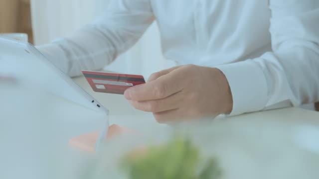 vídeos de stock, filmes e b-roll de compra online com cartão de crédito e tablet - costumer