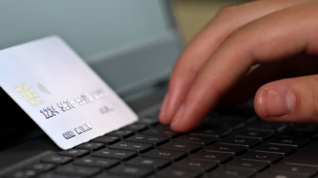 интернет-магазин cyber понедельник на руках проведения с помощью интернет-банкинга с кредитной картой для принятия платежной транзакции с но - cyber monday стоковые видео и кадры b-roll
