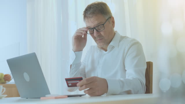 vídeos de stock, filmes e b-roll de compras online com cartão de pagamento e computador - costumer