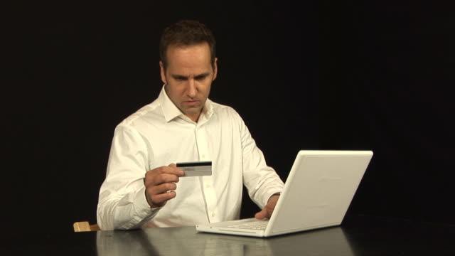 online shopping with credit card 2 - hd & pal - bir orta yetişkin erkek sadece stok videoları ve detay görüntü çekimi