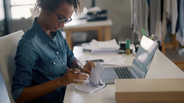 vídeos de stock, filmes e b-roll de dona de loja online trabalhando em sua mesa - pequeno