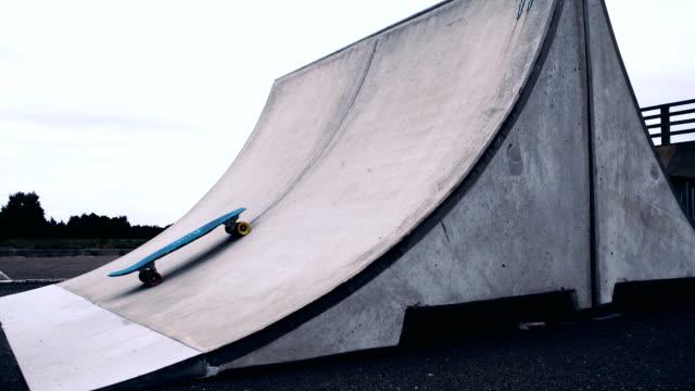 slo mo bara skateboard inflyttning rampen - skatepark bildbanksvideor och videomaterial från bakom kulisserna
