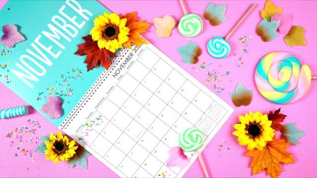 on-trend 2020 страница календаря для ноября остановить движение анимации. - ноябрь стоковые видео и кадры b-roll