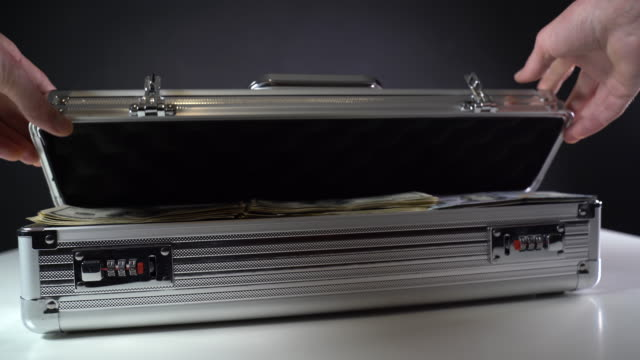open a suitcase with dollar bills - lega metallica video stock e b–roll