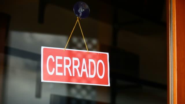 stockvideo's en b-roll-footage met open and closed signs (spanish) - spandoek