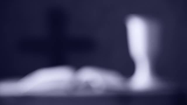 성배와 십자가, 랙 포커스 필드의 얕은 깊이와 성경 열기 - 찰리스 스톡 비디오 및 b-롤 화면