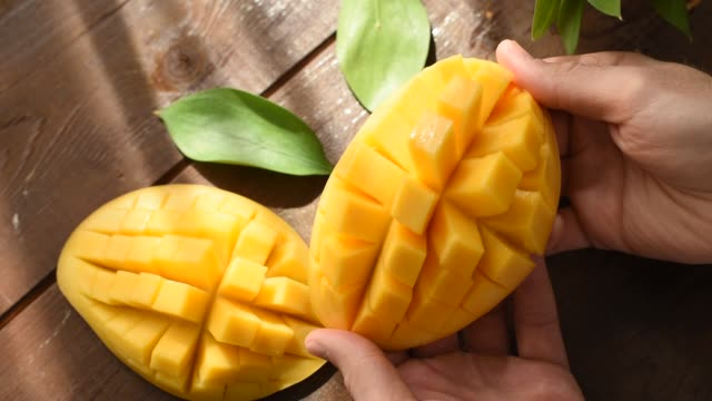 stockvideo's en b-roll-footage met open cut mango close-up te bekijken - tropisch fruit