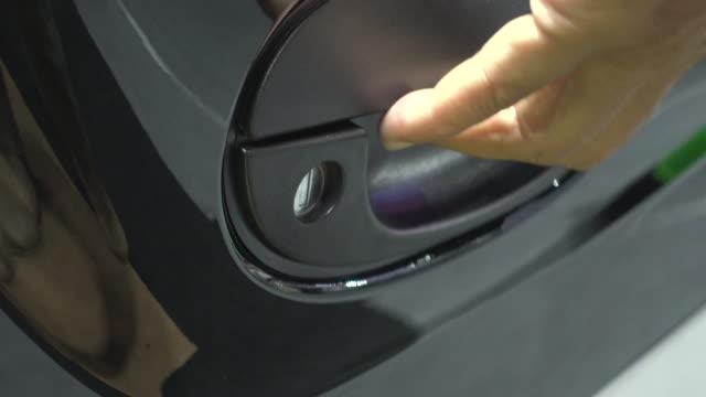 open door and get in car - sportello d'auto video stock e b–roll