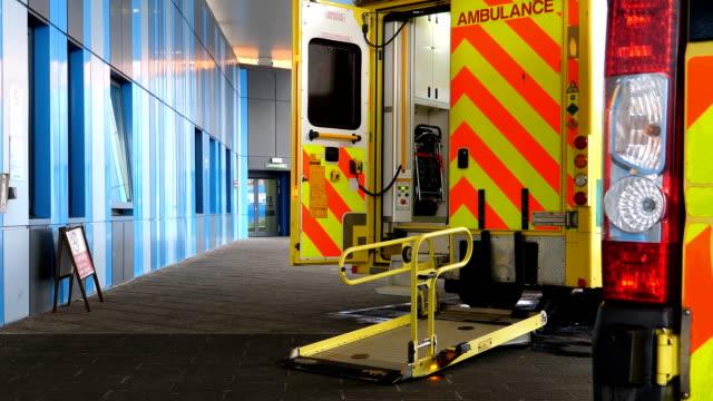 öppna dörren till ambulans van parkerad vid sjukhuset entré - ultra high definition television bildbanksvideor och videomaterial från bakom kulisserna