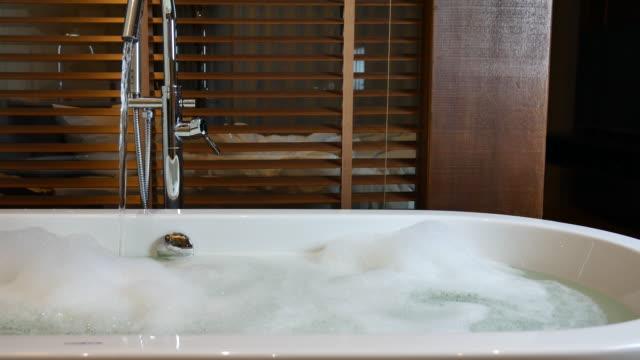 Offenen Wasserhahn Badewanne im Badezimmer – Video