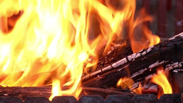 鉄バーベキューの暖炉ストーブ ビデオ