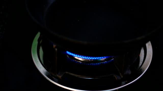 açık gaz sobası yemek pişirmek için - bunsen beki stok videoları ve detay görüntü çekimi