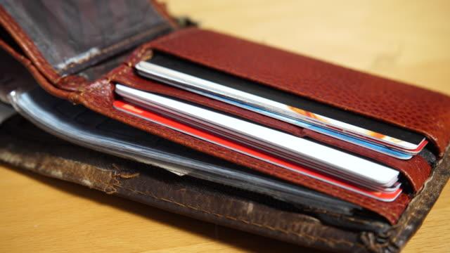 打開皮革棕色錢包與信用卡和折扣卡4k - 銀包 個影片檔及 b 捲影像