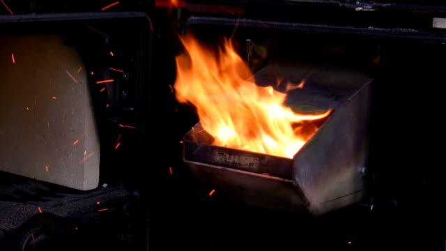 открытый современные деревянные осадок плита - биомасса возобновляемая энергия стоковые видео и кадры b-roll