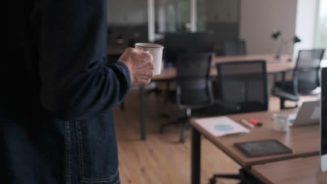vidéos et rushes de bureaux ouverts, personnes travaillant sur une nouvelle entreprise. - féminité