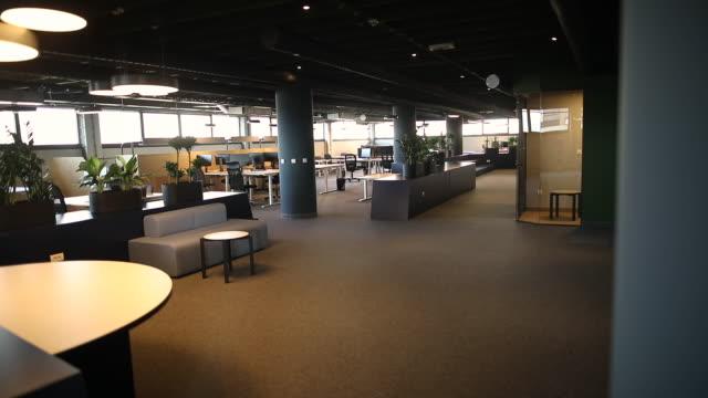 vídeos y material grabado en eventos de stock de oficina de plan abierto con puestos de trabajo y computadoras. interior de oficina moderno con escritorios y sillas, amplio ambiente de trabajo - cube