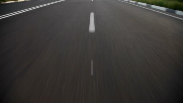 vídeos de stock, filmes e b-roll de aberto road - mover para baixo