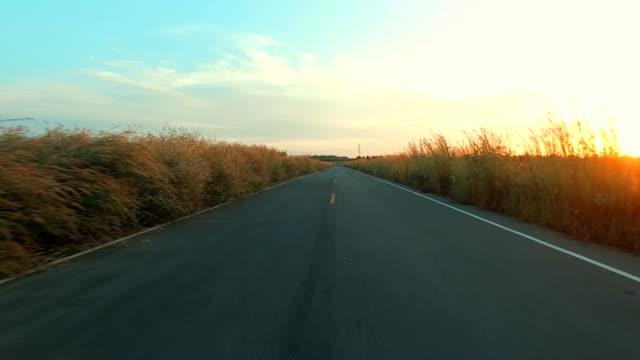 open road - vorbeigehen stock-videos und b-roll-filmmaterial