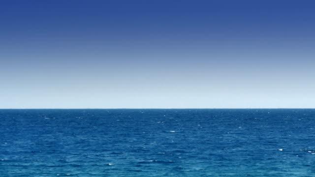 vídeos de stock e filmes b-roll de open sea horizon 4k - linha do horizonte sobre água