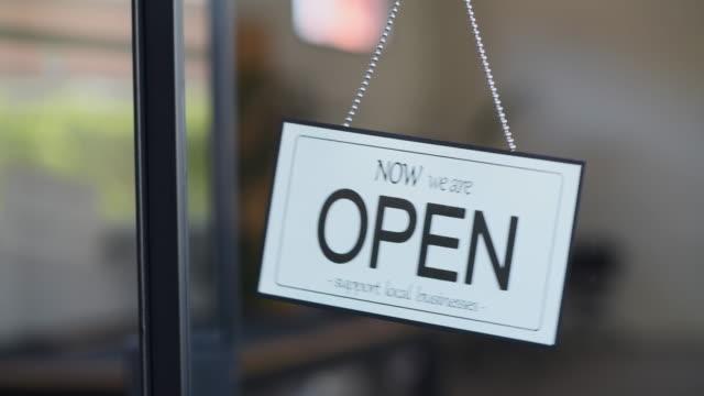 オープンサインサポートローカルビジネス - 支えられた点の映像素材/bロール