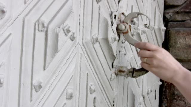 vídeos de stock e filmes b-roll de abra a porta! - door knock