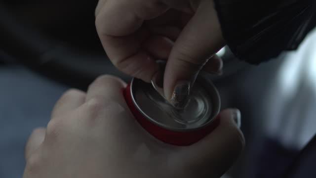 vídeos de stock, filmes e b-roll de abra a tampa de refrigerantes enlatados - refrigerante