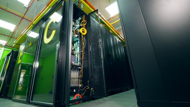 stockvideo's en b-roll-footage met eenheid van een lege serverruimte openen - datacenter