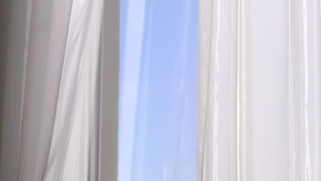 vídeos y material grabado en eventos de stock de ventana abierta con cortinas y vistas al cielo. - cortina
