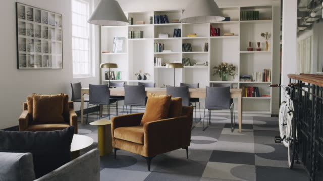 vídeos de stock e filmes b-roll de open workspaces with creative furnishings encourage productivity - living room background