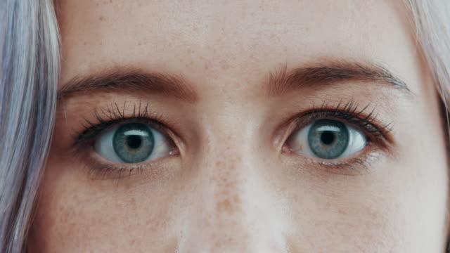 vidéos et rushes de ouvrez les yeux et laissez entrer la lumière - oeil