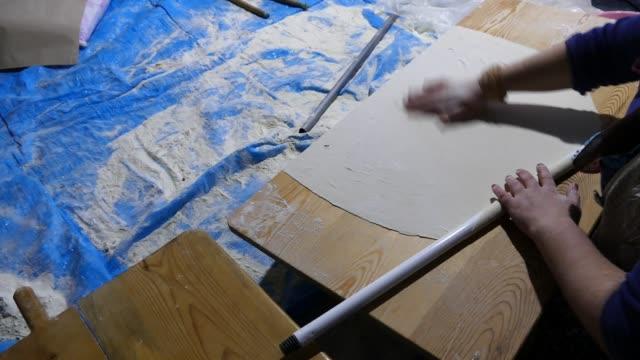 タンドールでユフカ生地を開き、中間アナトリアのユフカパン、 - アナトリア点の映像素材/bロール