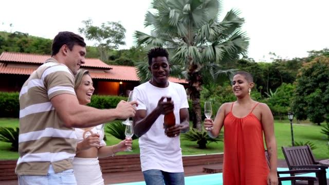 vidéos et rushes de ouvrir une bouteille de champagne et griller avec des amis - champagne